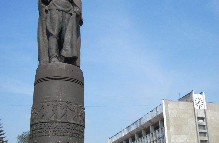 Пустота как памятник 90-м и Железный Феликс как Антипустота