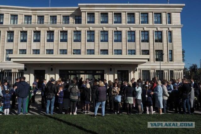 Газпром-школа на Крестовском — на фоне вымирания школ в Путинской РФ