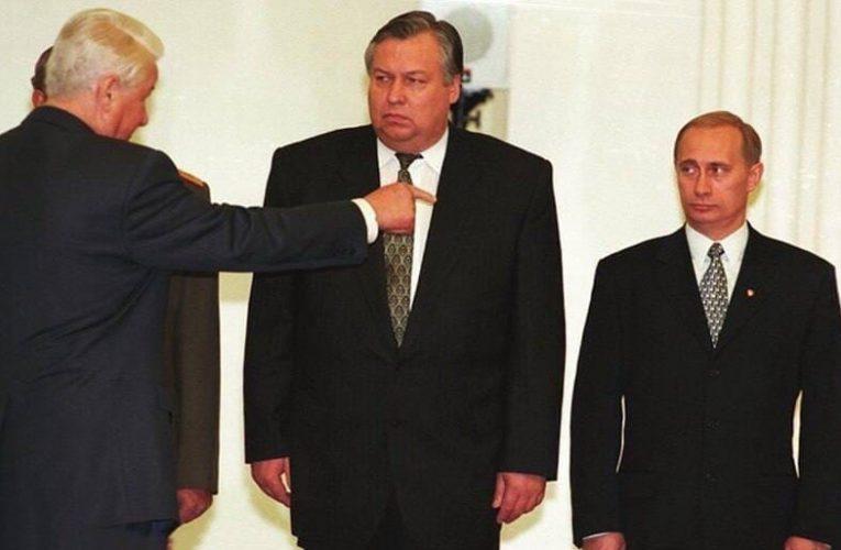 Кремлёвские куранты зазвонили в 15:00 «Славься, русский царь»